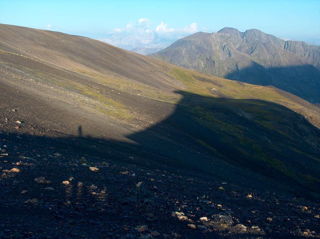 Heading to the the Peña Blanca, on the desertic Rioumajou ridge