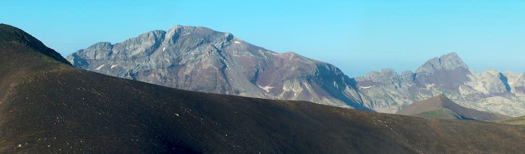 Suelsa and Fulsa behind the Peña Blanca and the Rioumajou ridge