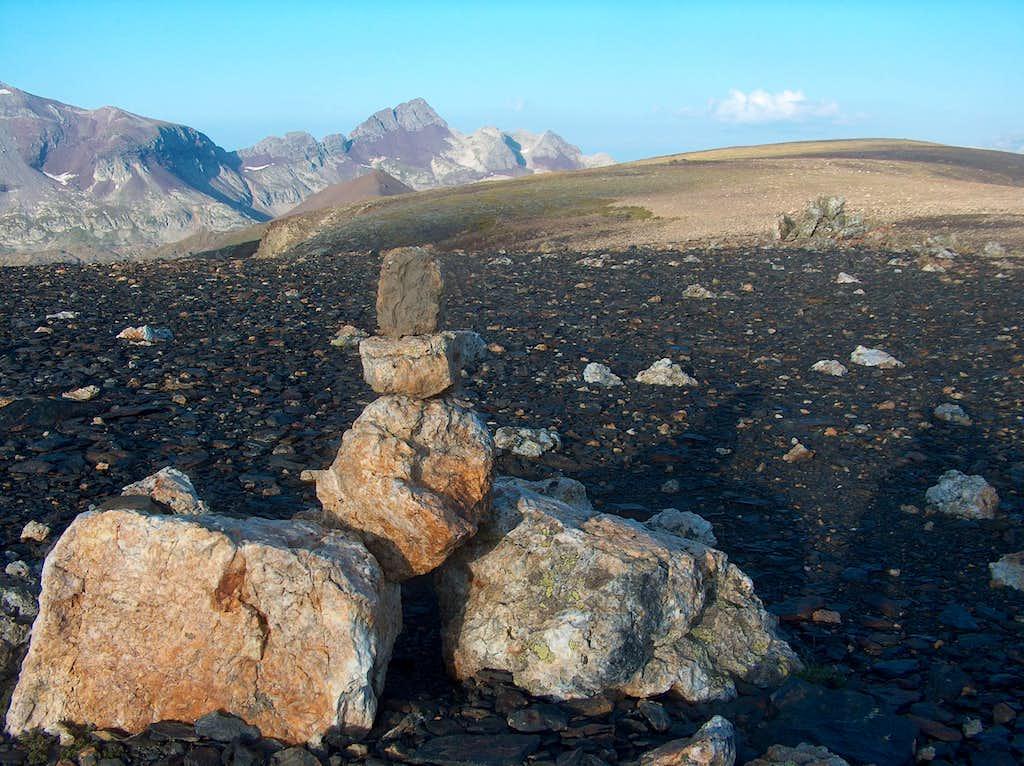 On the desertic ridge of the Peña Blanca, Fulsa far ahead