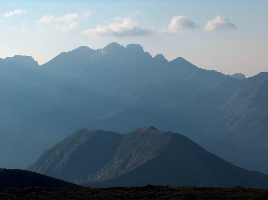 On the desertic ridge of the Peña Blanca, looking to the Eriste