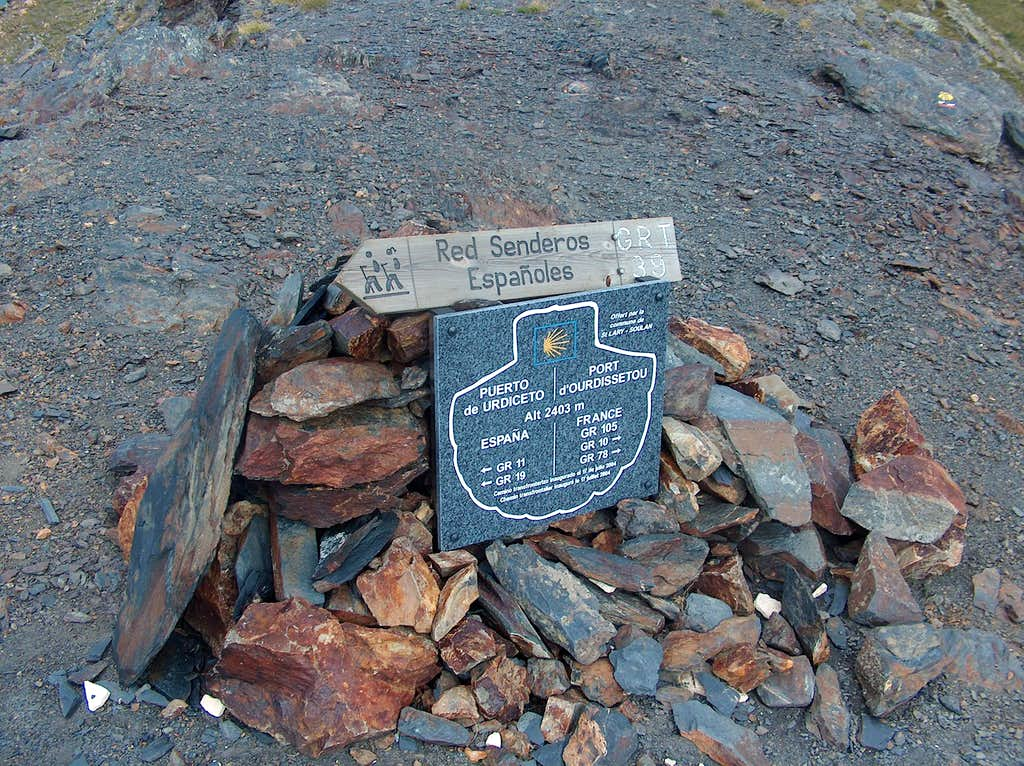 At pass of Ordiceto (Urdiceto, or Ourdissetou), now an official Compostella way
