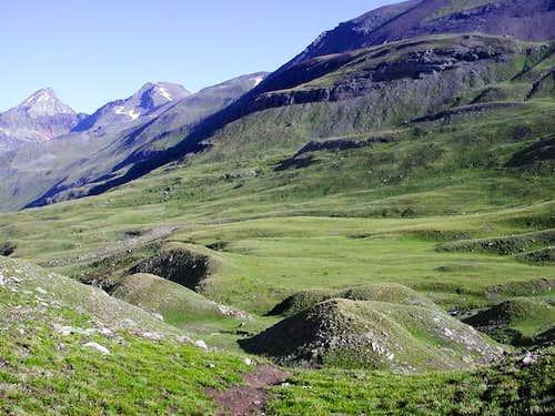 a sinistra il monte Emilius...