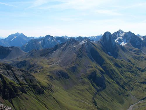 Hoher Riffler (left, 3168 metres) and Valluga (right, 2808 metres) seen from the Rüfispitze