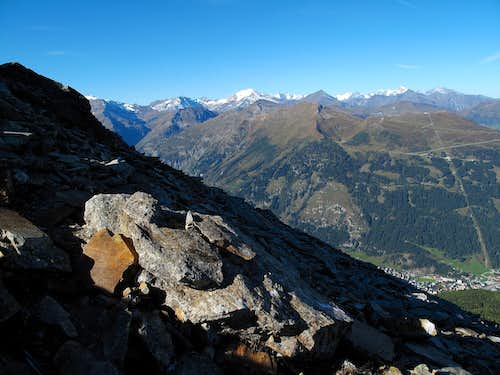 On the way up to the Graukogel with a view in the morning light to the Glockner Group