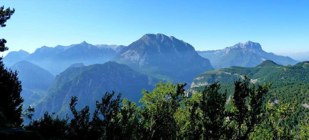 From Peak Comodoto, Cotiella, Llerga and Montañesa in the distance