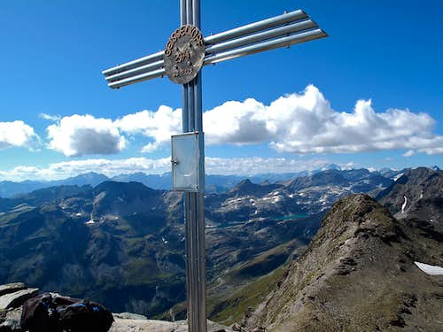 The summit cross and mailbox on the top of the Geisselkopf (2974m)