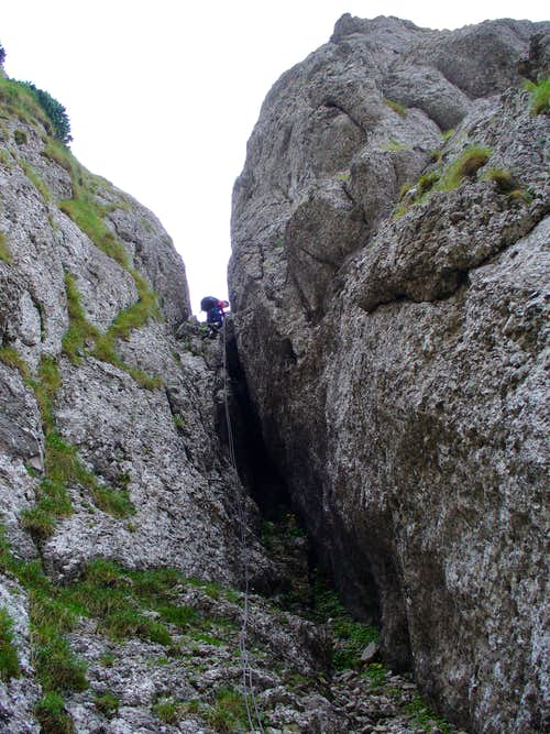 Rappeling for going to the main valley of Gălbinele