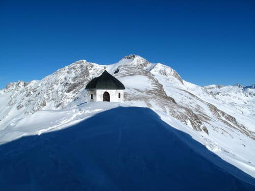 The chapel on the Arnoldshöhe (2710m) just behind the Hannover hut and the Ankogel (3246m) behind