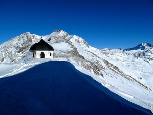 The Arnoldshöhe chapel behind the Hannover hut with Ankogel (3246m) and Hochalmspitze (3360m) behind
