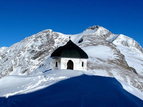 The chapel behind the Hannover hut and the majestic Ankogel (3246m) towering behind