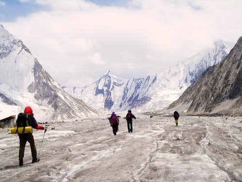 Trekkers towards Gondogoro La