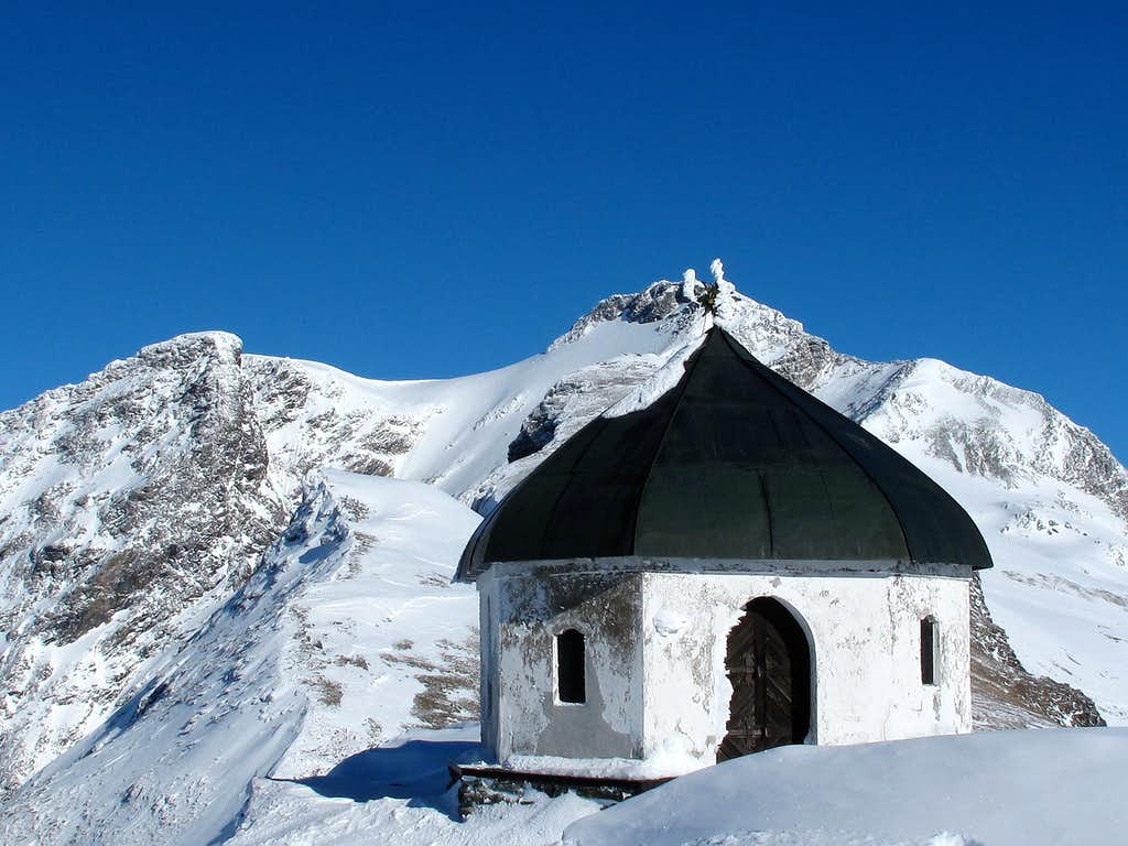 The Arnoldshöhe chapel (behind the Hannover hut on 2729m) and the Ankogel (3246m)