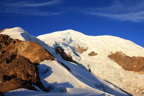 Illimani - The route follows the ridge on the left