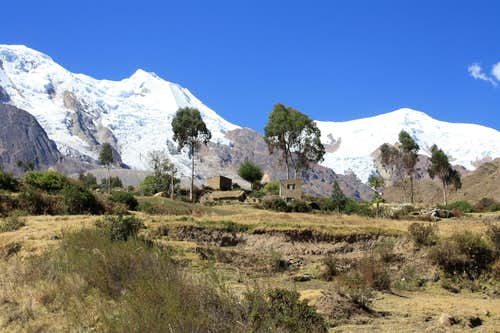 Estancia Una - Village at the base of Illimani