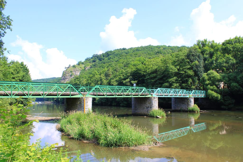 bridge connecting 2 countries