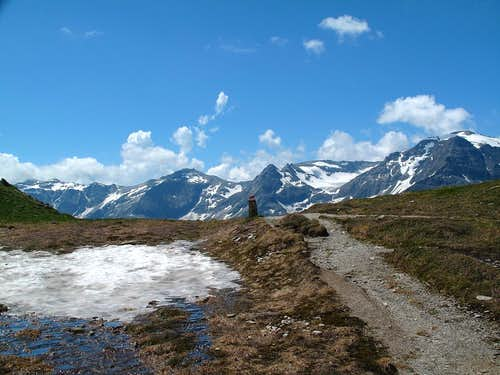 The Miesbichlscharte pass (2237m), with the peaks of the Goldberg Group behind