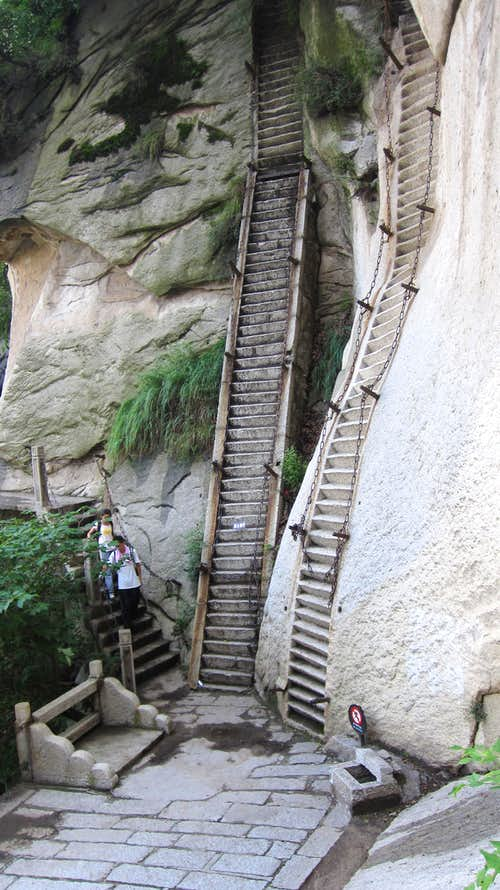 Chipping holds in Hua Shan