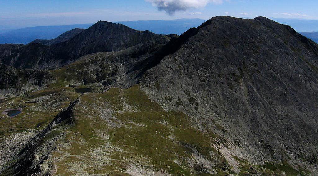 The trail to Păpuşa peak from Peleaga peak.