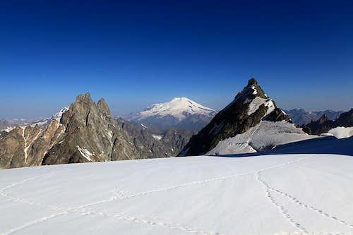 Ushba Plateau. Shkhelda, Elbrus and Peak shurovskogo
