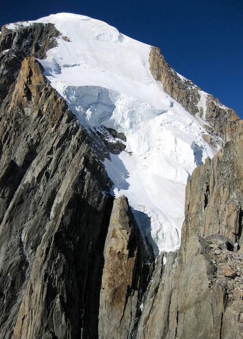Danger hanging over the Gervasutti Couloir on Mont Blanc du Tacul