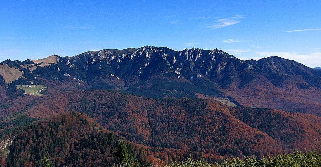 Zăganu Gropşoarele ridge, in the left Muntele Roşu complex