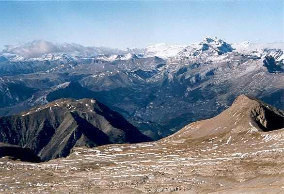 Monte Perdido overlooking the Punta Llerga and Movison Grande, from the summit