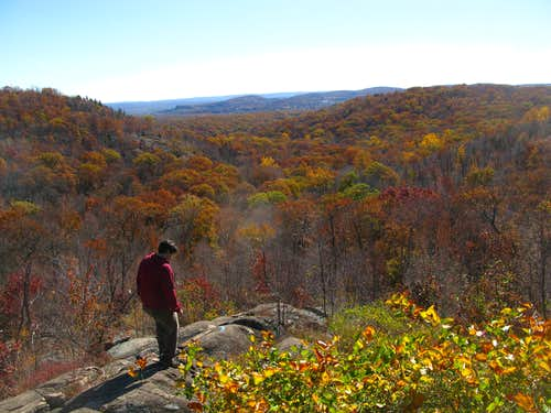 Hiker going towards Osio Rock
