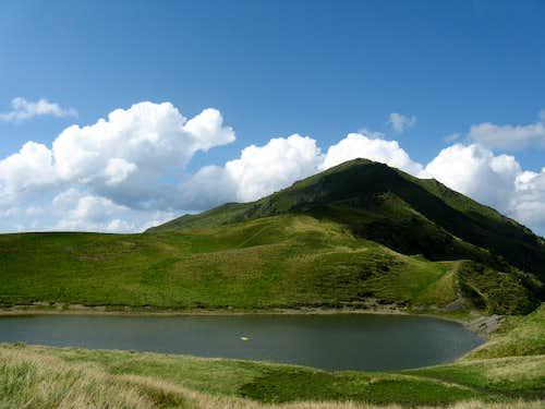 Lake Vinderel and Farcău peak (1957m)