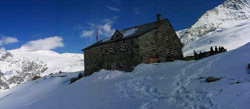 Tierbergli Hut with Sustenhorn and Gwächtenhorn