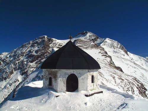 The little mausoleum in front of the Ankogel