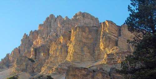 The steep walls of the Fanes Dolomites south of Pederü