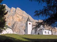 Heiligkreuz Hospiz against the backdrop of the Fanes west wall