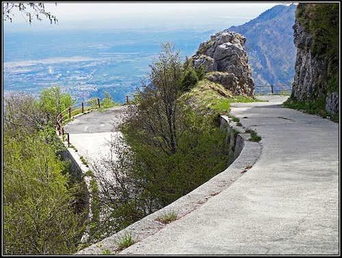 The road on Monte San Simeone plateau