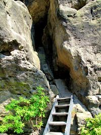A rock passage with ladder on the way to Hinteres Raubschloss
