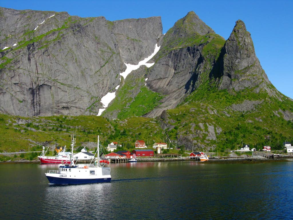 Sailing into Reinefjorden