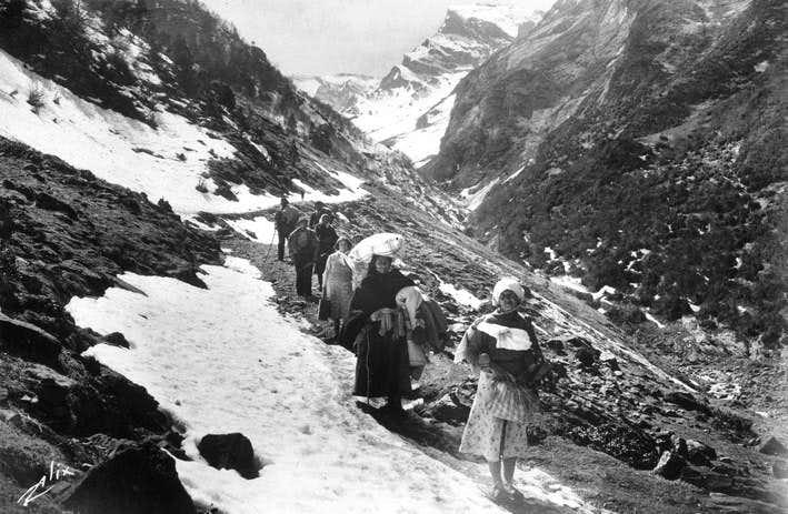 Spanish peasants crossing the border