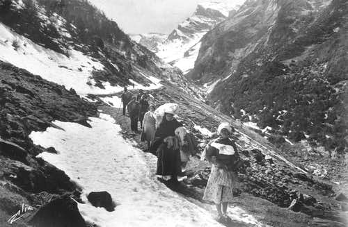Spanish peasants crossing the border