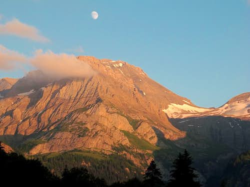 Nearly full moon right above the Wildhorn (3248m)