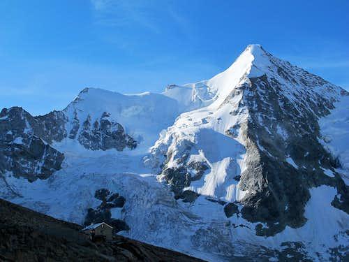 Wellenkuppe (3903m) and Obergabelhorn (4063m) towering above the Grand Mountet hut!