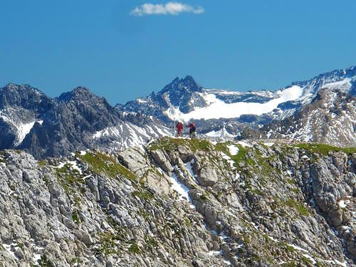Hikers on the narrow ridge connecting Südliche with Mittlere Wösterspitze