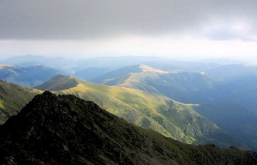 From Negoiu peak to Vidraru lake