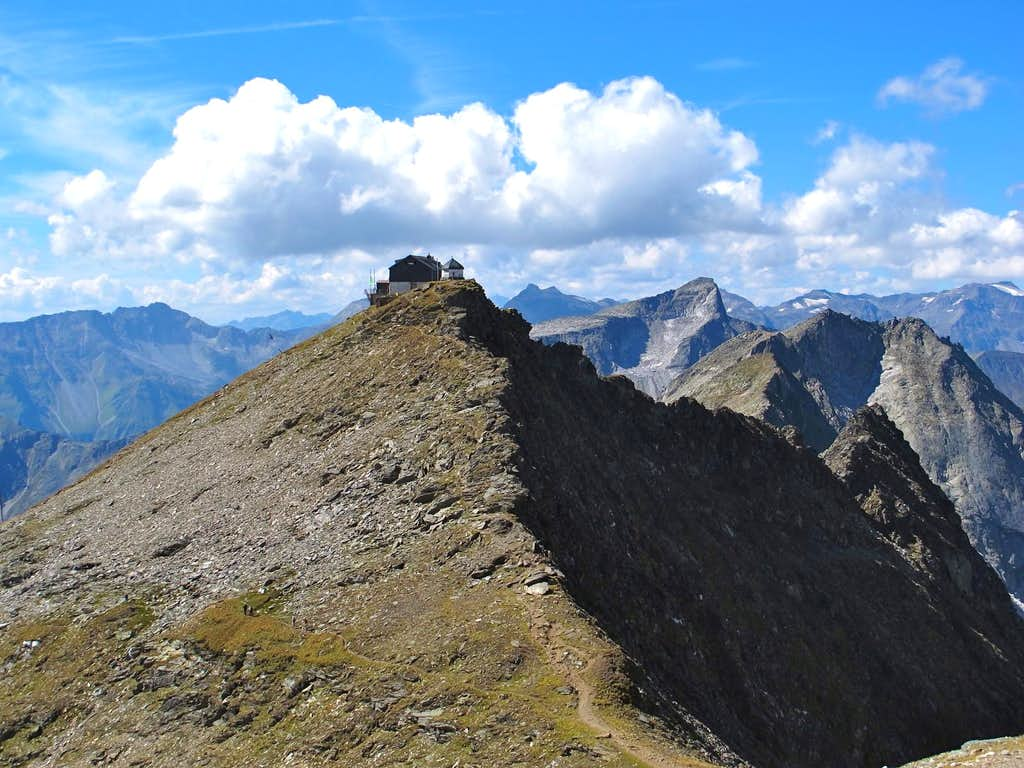 The Hannover hut, perched boldly on Arnoldshöhe (2729m)
