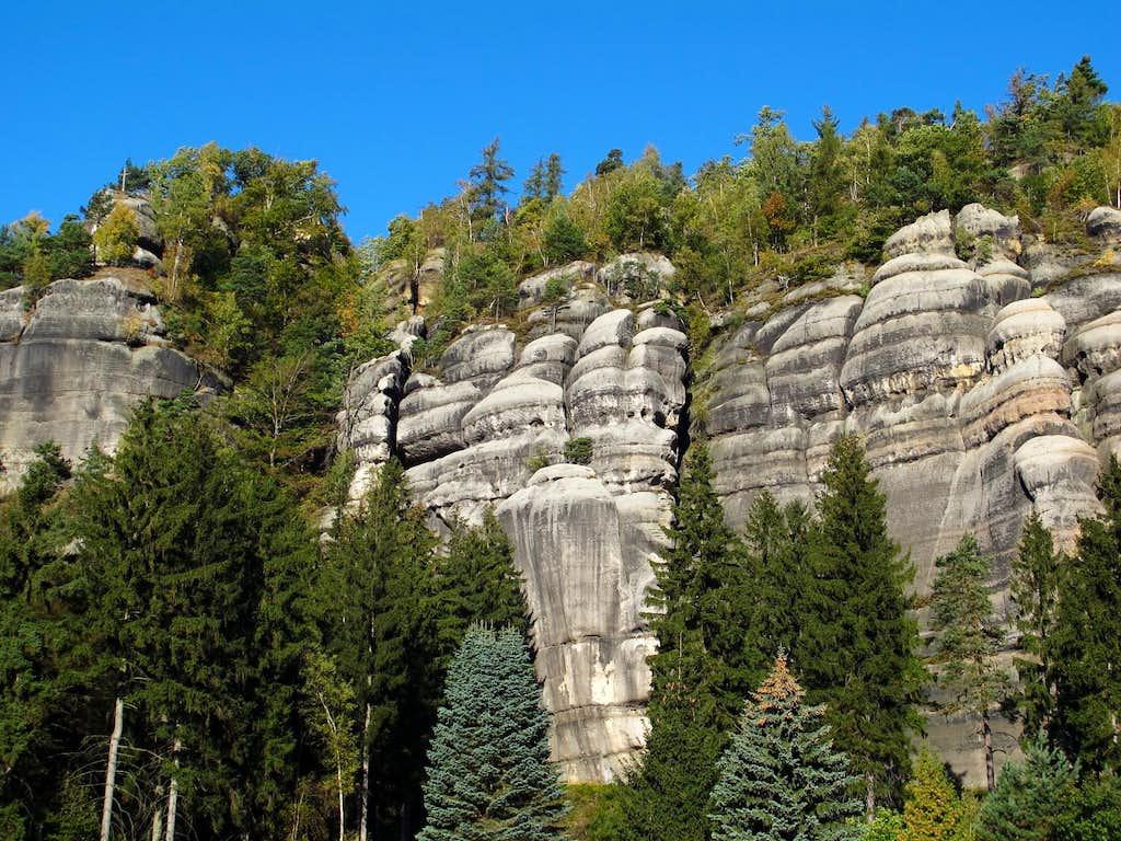 The sandstone walls of Mount Oybin