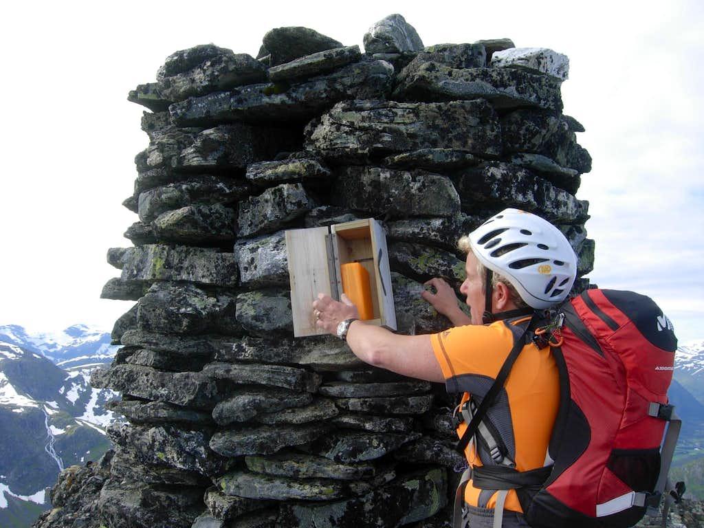 Eggjenibba, the summit book