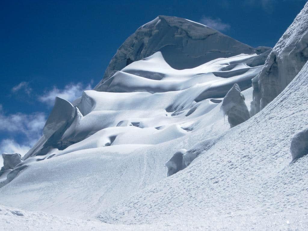 That looks like a big cornice on the summit of Vallunaraju