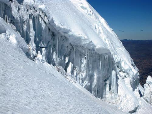 The bergschrund SW of Vallunaraju Norte