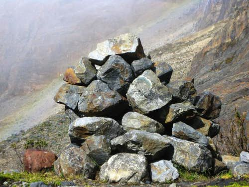 A big cairn shows the way on the trail to Maparaju