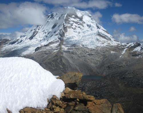 Nevado Ranrapalca (6162m) <small>and Laguna Perolcocha (4864m)</small>
