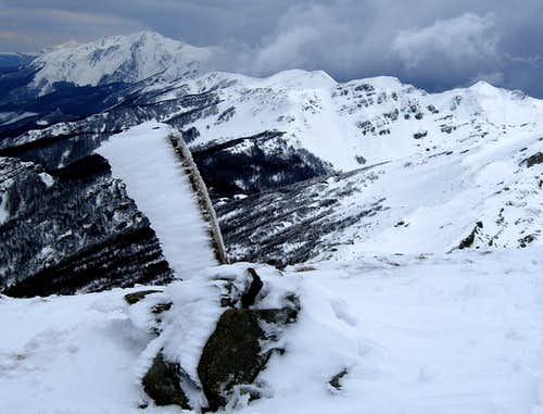 A frozen little cairn on Rocca Pianaccia