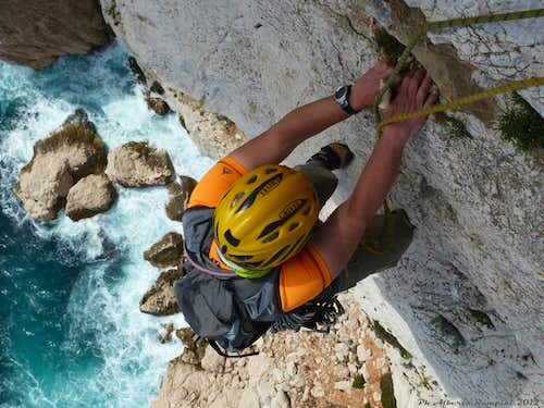 Climbing on Bec de Sormiou, an awesome marine